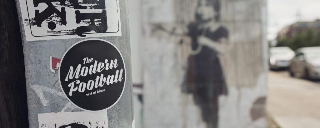 Foto eines Stickers: »The Modern Football / vert et blanc« in Paris.